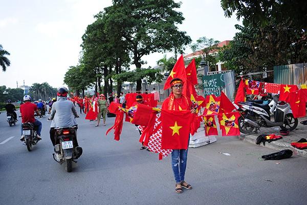 Hai bên đường Lê Quang Đạo đỏ rực màu đỏ.