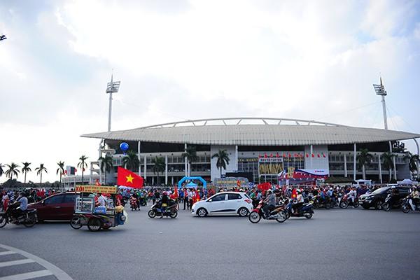 Phía trước sân vận động tấp nập người ngày từ đầu giờ chiều.