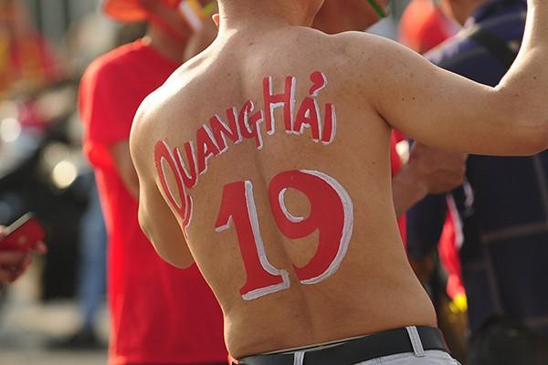 Một fan hâm mộ của cầu thủ tài năng Quang Hải.