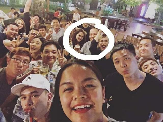 Phạm Quỳnh Anh chụp selfie cùng bạn bè, ở phía xa Quang Huy và Bảo Anh vô tình đứng cạnh nhau.