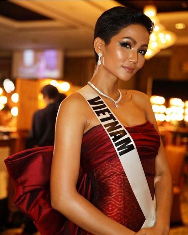 Tối 5/12, H'Hen Niê và có 92 thí sinh khác có hoạt động trình diễn trang phục của các nhà thiết kế Thái Lan trong đêm tiệc chào mừng tại Miss Universe. Đại diện Việt Nam diện một chiếc váy màu đỏ, phom dáng cúp ngực kết hợp đeo trang sức tạo điểm nhấn cho phần cổ.