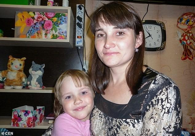 Cô Anna ôm con gái 8 tuổi nhảy lầu tự tử nhưng không ngờ lại hại chết cả mẹ của mình.