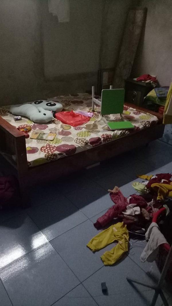 Trên sàn nhà bừa bộn quần áo bẩn, sạch...