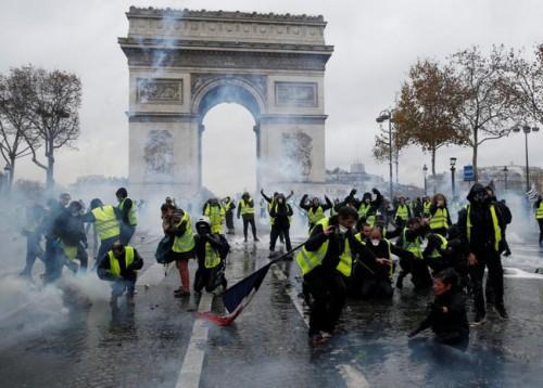 Cảnh đốt phá trên các đường phố trong cuộc biểu tình biến thành bạo loạn ở Pháp. Ảnh RT