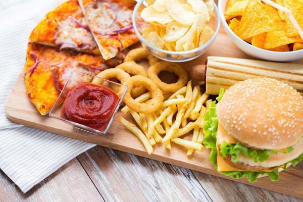Ăn ít rau xanh, ăn nhiều dầu mỡ có thể gây ra rối loạn chuyển hóa và hình thành sỏi mật, ảnh minh họa.