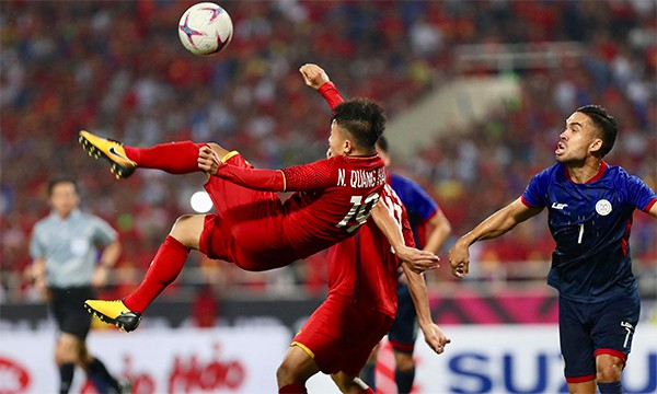 Quang Hải tung người bắt vô-lê đẹp mắt, nhưng không đủ lực và hiểm để làm khó thủ môn Philippines.