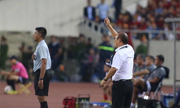 HLV Park Hang-seo làm cử chỉ muốn trọng tài phạt cầu thủ Philippines thẻ vàng lỗi đánh nguội với Văn Hậu