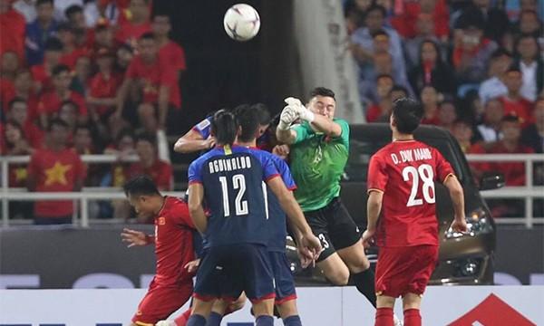 Pha băng ra đấm bóng của Văn Lâm, vô tình khiến Văn Hậu bị đau.