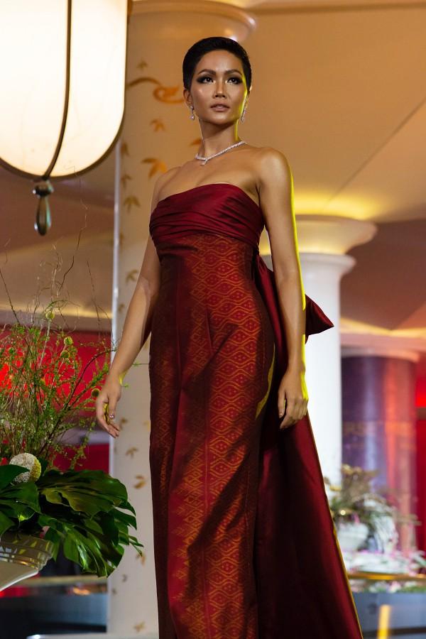 Tuy nhiên, chiếc váy có phần khá rộng so với thân hình của HHen Niê khiến cô gặp sự cố lộ miếng dán ngực ngay khi bắt đầu phần trình diễn. Với kinh nghiệm làm người mẫu lâu năm, HHen khéo léo kéo váy mỗi khi bước xuống cầu thang, giúp trang phục chỉn chu hơn trước khi tiếp tục catwalk.