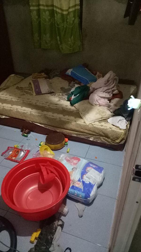 Bỉm, đồ chơi, chậu vứt khắp nhà.
