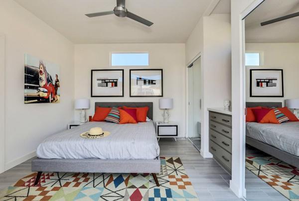 Phòng ngủ ấm cúng nằm đối diện khung cửa kính lớn.