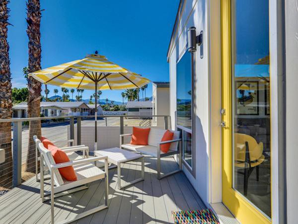Nhà được bố trí khá nhiều ghế ngoài trời để tắm nắng và thưởng ngoạn cảnh đẹp.