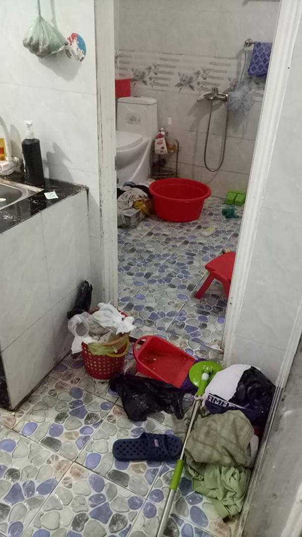 Rác chưa đổ, quần áo bẩn vứt từ cửa vào trong nhà tắm.