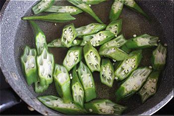 Bước 3: Nấu sôi nước thả đậu bắp vào chần 1 phút vớt ra ngay.
