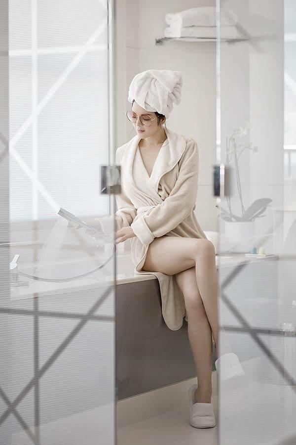 Vốn là quý cô sang chảnh và kiêu kỳ bậc nhất showbiz Việt, Lý Nhã Kỳ đã cho thấy độ sành điệu của mình trong những tấm ảnh thời trang bồn tắm. Ngoài áo choàng, khăn quấn tóc thì người đẹp còn phải trang bị thêm cho mình chiếc kính râm to bản vô cùng ấn tượng.