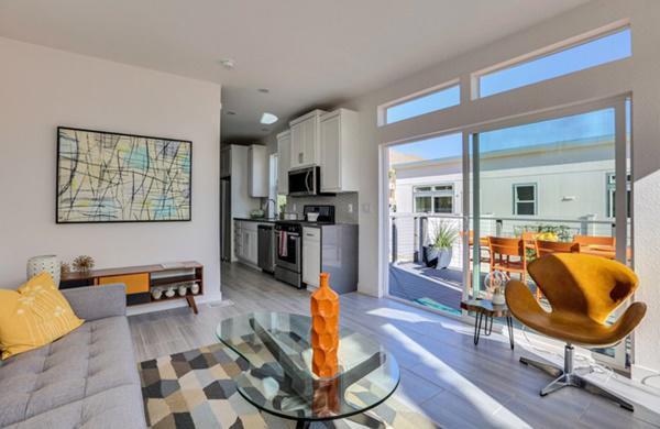 Căn nhà được thiết kế kiểu nhà cấp 4 mái bằng đơn giản, có 2 phòng ngủ, 1 phòng khách, 1 sân nhỏ và có cả bể bơi.