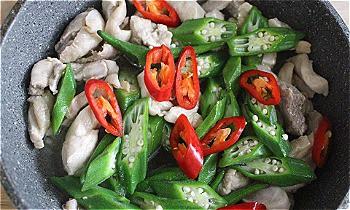 Bước 4: Phi thơm hành cho gà vào xào, nêm nếm gia vị vừa ăn và cho một chút nước. Gà chín cho đậu bắp vào xào nhanh tay rồi tắt bếp.
