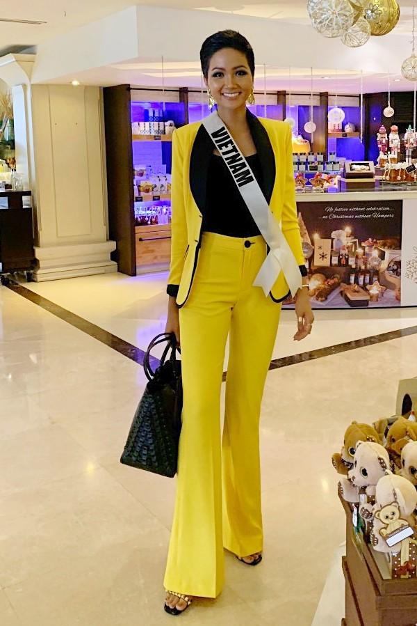 Sáng cùng ngày, người đẹp 26 tuổi mặc vest khi đến thăm một bệnh viện cùng bà Paula Sugar - chủ tịch tổ chức Miss Universe. Bộ trang phục do nhà thiết kế Lê Ngọc Lâm thực hiện riêng, góp phần tôn nét cá tính của HHen trong hoạt động.
