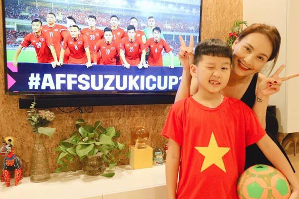 Mẹ con Bảo Thanh Sống chung với mẹ chồng quá hạnh phúc khi Việt Nam chiến thắng.