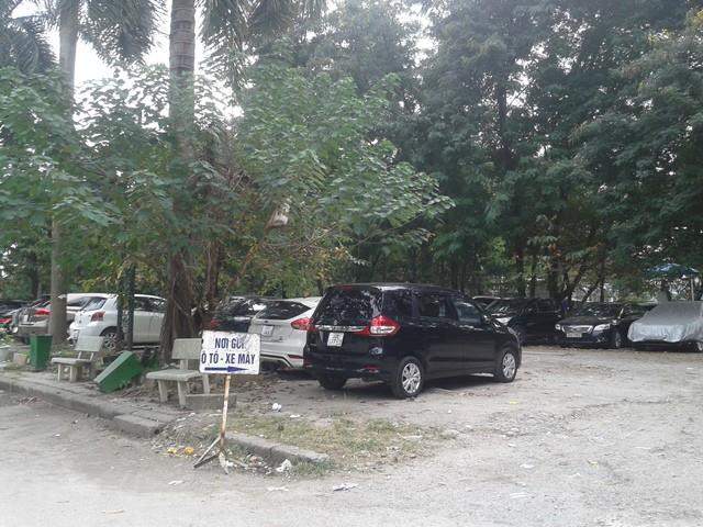 Bãi đỗ xe bên trong công viên.