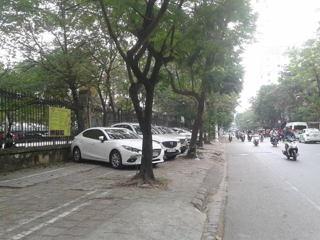 Bãi đỗ xe bên ngoài công viên.