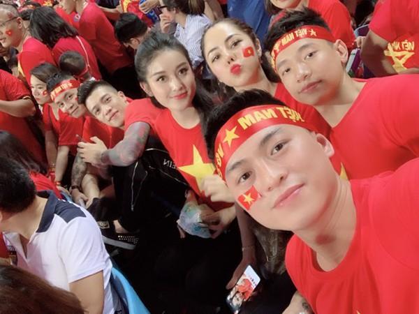 Á hậu Huyền My được xem là người đẹp chăm đi xem tại sân vận động nhất trong mùa giải AFF CUP năm nay của tuyển Việt Nam.