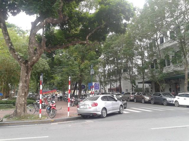 Nhiều bãi đỗ xe tự phát quang quanh quảng trường Ngân hàng Nhà nước Việt Nam.