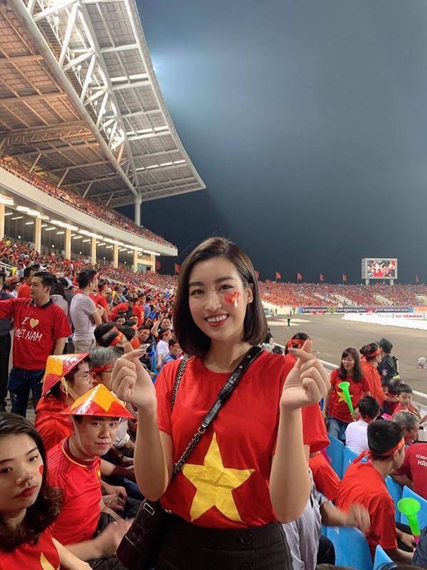 Hoa hậu Đỗ Mỹ Linh vượt qua áp lực tắc đường để đến cổ vũ tuyển Việt Nam tại SVĐ Mỹ Đình.