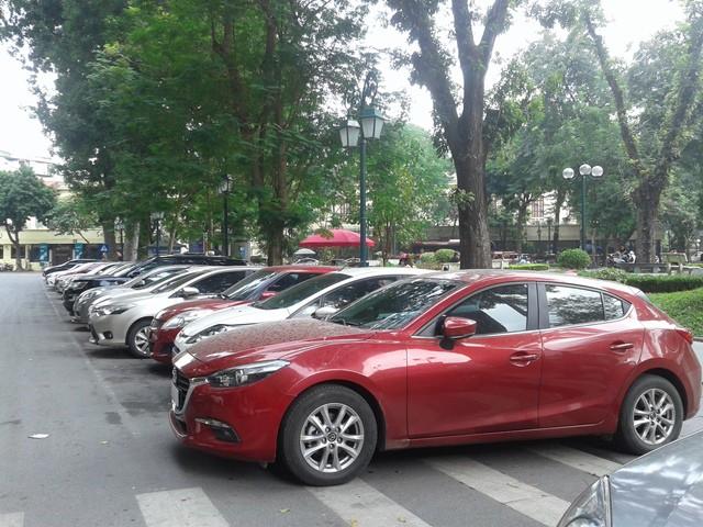 Trong khi các bãi xe ngầm chết yểu, do thiếu chỗ đỗ xe nên người dân phải đỗ xe ở lòng đường. Ảnh: P.V