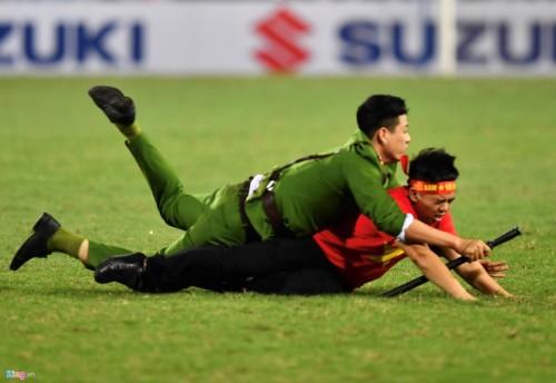 Theo thông tin của Tri thức trực tuyến, sau khi tiếng còi báo hiệu trận đấu bán kết AFF Cup 2018 lượt về giữa Việt Nam và Philippines kết thúc, một cổ động viên đội nhà đã lao xuống sân chia vui với các cầu thủ nhưng bị công an đưa ra ngoài.