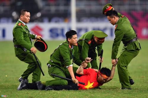 Quá phấn khích vì chiến thắng chung cuộc 4-2 đưa ĐT Việt Nam giành vé vào chung kết đã khiến khán giả này không còn tự kiểm soát được hành động. Sư việc gây chú ý cho hàng chục nghìn người trên khán đài.