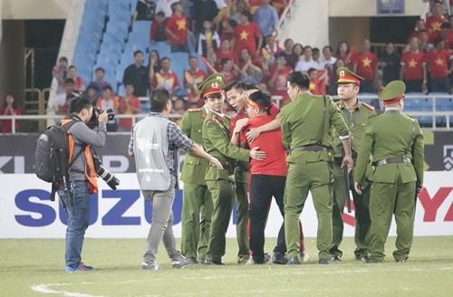 Hình ảnh đẹp của Quế Ngọc Hải trên sân Mỹ Đình ở trận bán kết AFF Cup. Anh đã gửi cổ động viên này một cái ôm như lời cảm ơn về tình cảm trước khi trở lại với toàn đội.