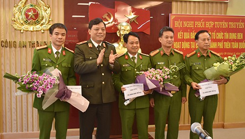 Bộ Công an thưởng nóng cho 4 đơn vị trong Ban chuyên án. Ảnh: Lê Hoàng.