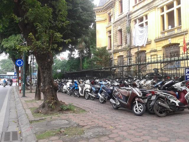 Bãi đỗ xe tạm không thu phí - đối diện cung văn hóa Việt - Xô.