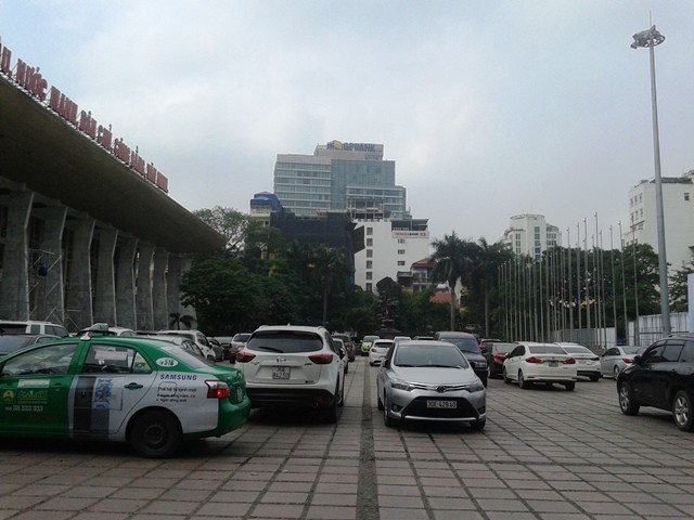 Bãi đỗ xe tràn lan bên trong Cung Văn hóa hữu nghị Việt - Xô.