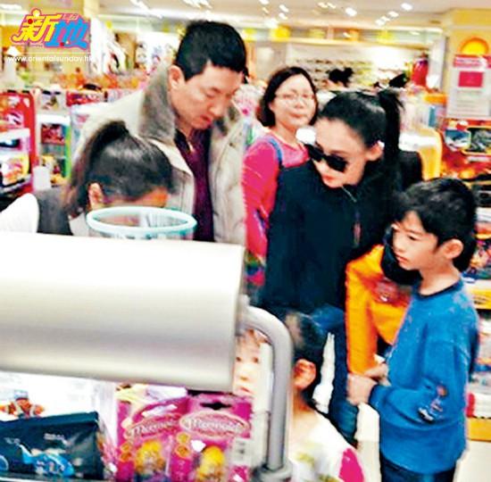 Trương Bá Chi cùng các con đi mua sắm với ông Tôn Đông Hải vài năm trước.