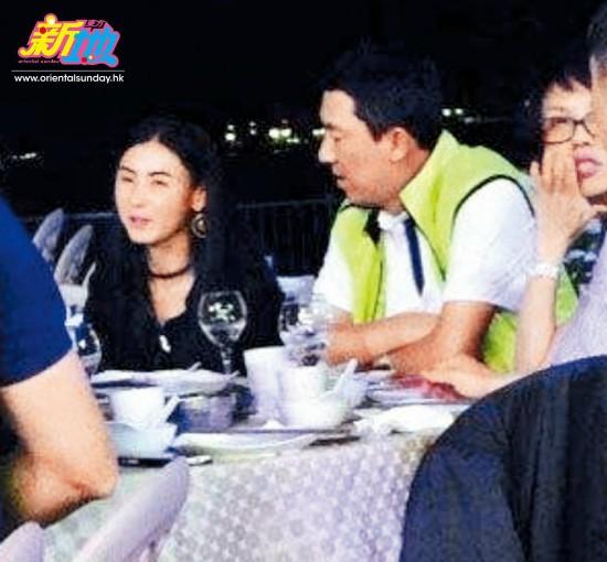 Bá Chi bên ông Tôn trong một bữa ăn.