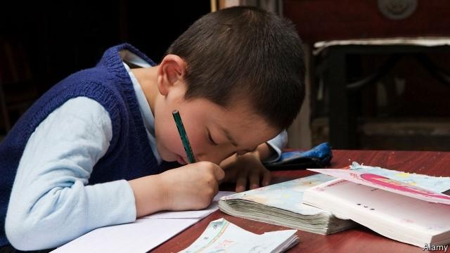 Lối học nhồi nhét và cơn ác mộng học thêm khiến trẻ em Trung Quốc không hạnh phúc. Ảnh: Alamy.