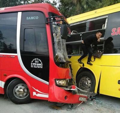Hành khách phải trèo ra ngoài bằng lối thoát hiểm.