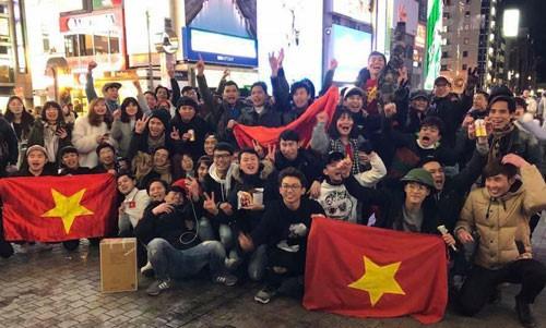 Du học sinh và cộng đồng người Việt tại thành phố Osaka, Nhật Bản, ăn mừng chiến thắng của U23 Việt Nam sau trận bán kết. Ảnh: NVCC.