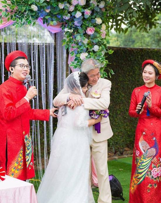 Chuyện tình xúc động của NSND Thanh Hoa: Gần 70 tuổi mới được mặc váy cô dâu