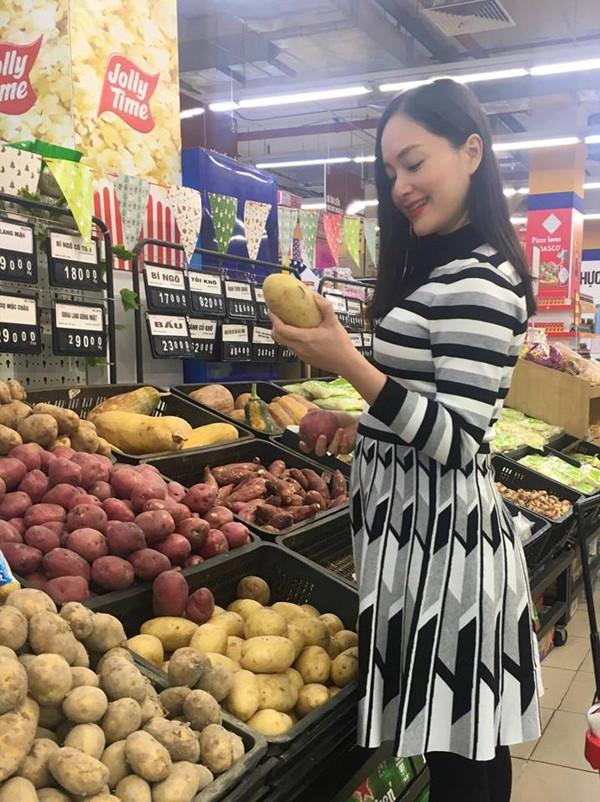 Lan Phương hiện có bầu hơn 5 tháng. Cô và chồng chưa cưới thường xuyên đi lại giữa Hà Nội và TP HCM để được gần nhau khi có thời gian rảnh.