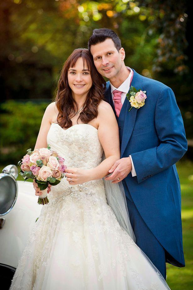Chú rể Stuart Kettell và cô dâu Vicky.