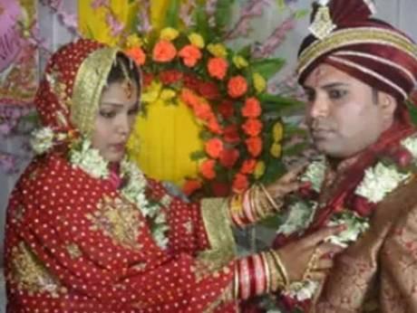 Cô dâu đeo vòng hoa cho chú rể trước khi bỏ trốn cùng người tình. Ảnh: Gulfnews.