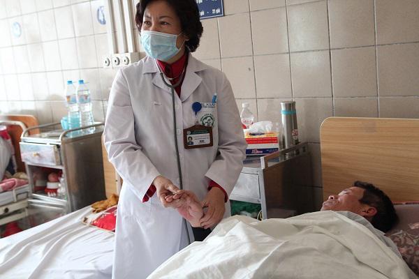 BS Xuân đang hỏi chuyện người nhà 1 nam bệnh nhân nhập viện vì uống gần 2 lít rượu/ngày.
