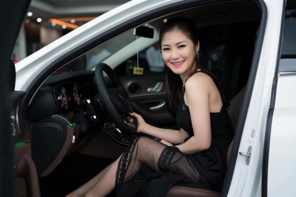 Đầu năm 2017, Hương Tràm tự thưởng cho bản thân chiếc xế hộp đắt đỏ sau 5 năm đi hát.