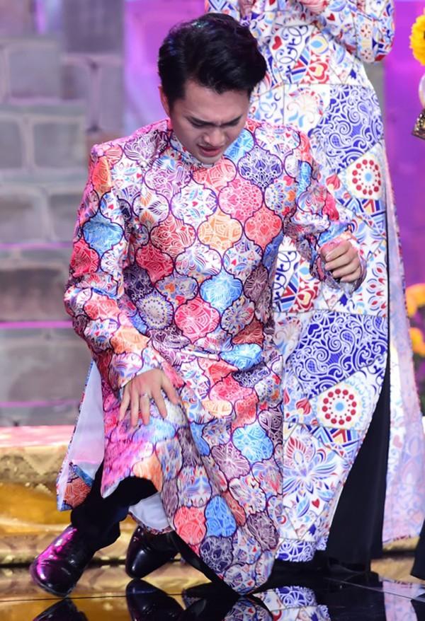 Anh sụp gối, vỡ òa trong cảm xúc hạnh phúc. Đây là lần đầu Nam Cường đoạt giải nhất một cuộc thi ca hát.
