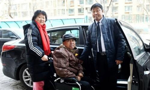 Anh Gu Chenming tuần hai lần đưa đón miễn phí cặp vợ chồng gần 70 tuổi đến bệnh viện. Ảnh: Scmp.