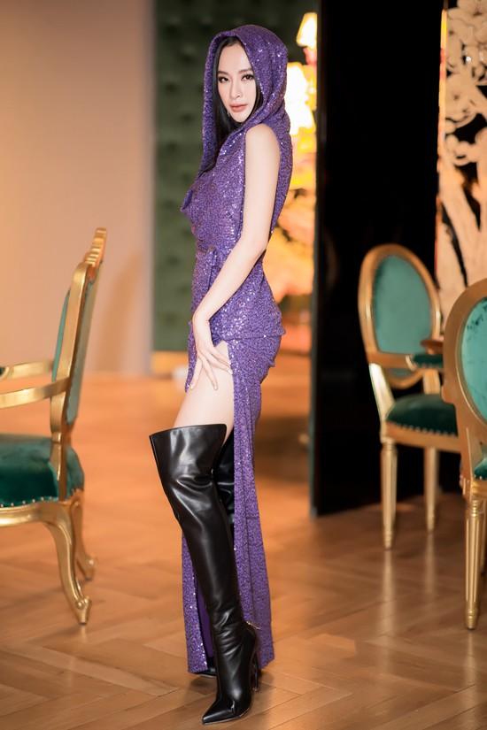 Angela Phương Trinh triệt để khoe chân với váy xẻ đến hông trong tiệc sinh nhật