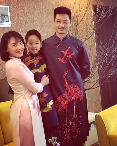 Bảo Thanh bên chồng và con trai.